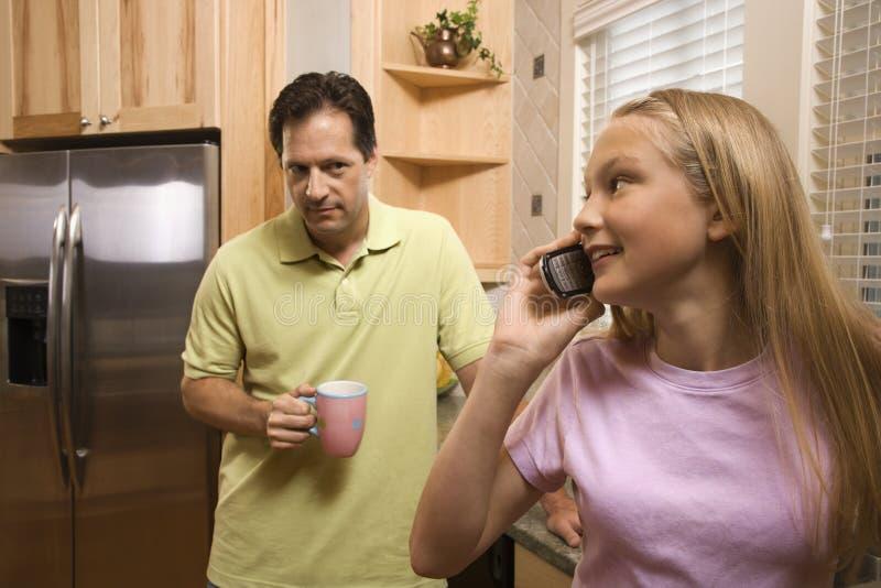 Pai com a filha no telefone imagens de stock
