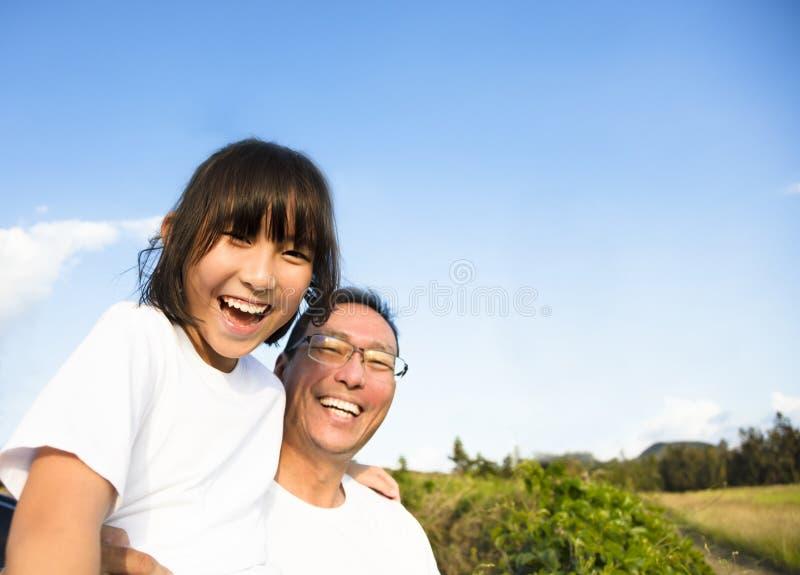 Pai com a filha que toma o selfie imagem de stock