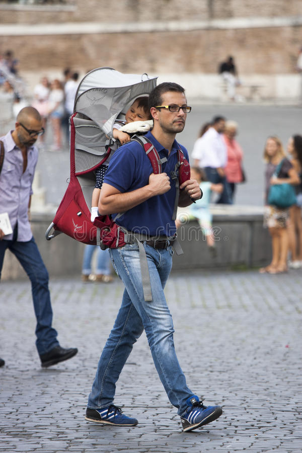 Pai com filho em uma ucha fotos de stock