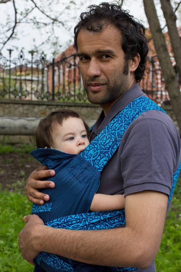 Pai com o filho ao ar livre foto de stock royalty free
