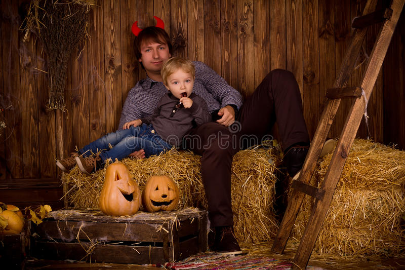 Pai com o filho do bebê no partido de Dia das Bruxas imagens de stock royalty free