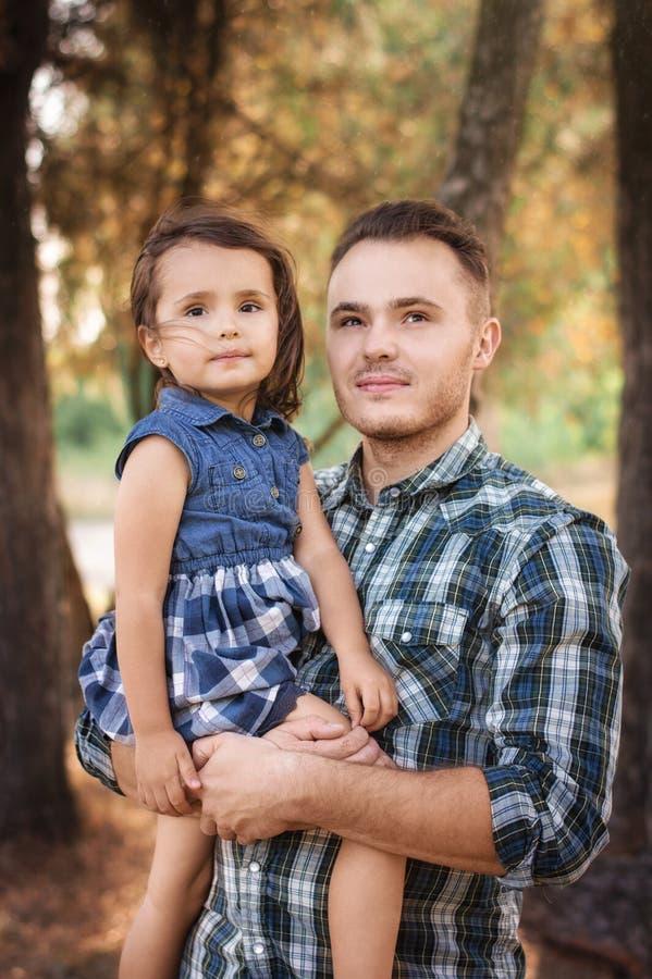 Pai com uma criança em uma caminhada fotos de stock