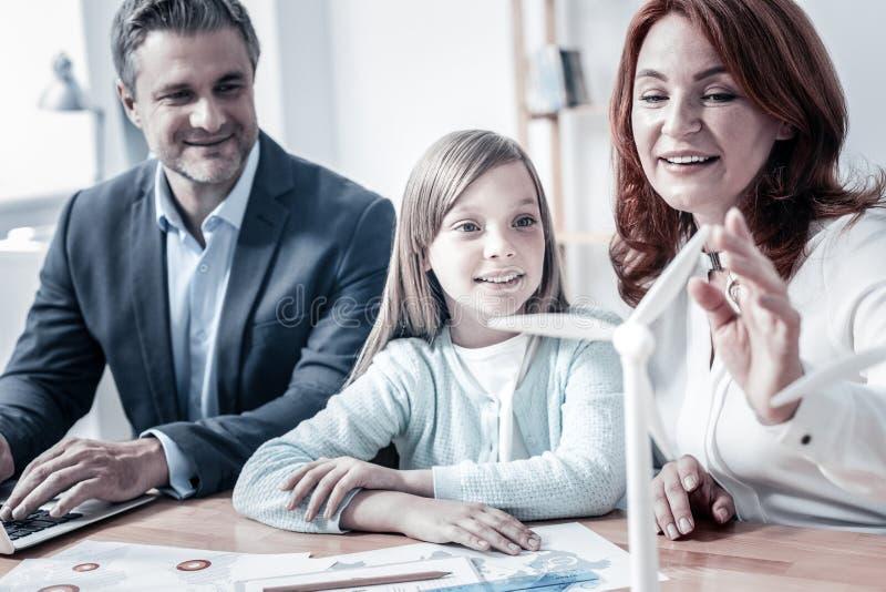 Pai consciente que diz a filha sobre a vida da ecologia imagem de stock royalty free