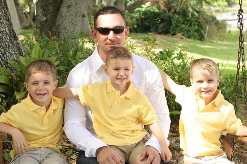 Pai considerável com meninos felizes imagens de stock