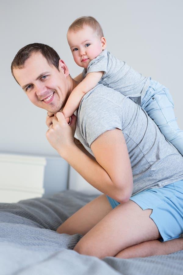 Pai considerável feliz do homem e filha bonito pequena que têm o divertimento junto imagem de stock