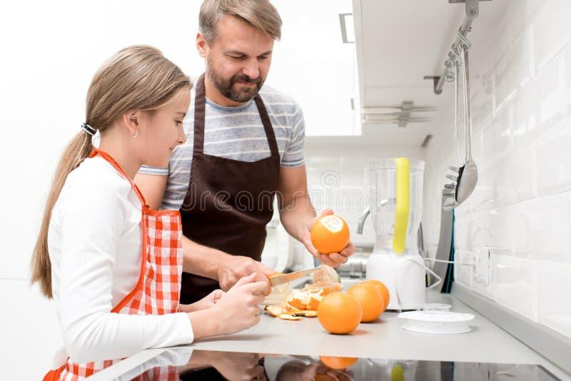 Pai Cooking com adolescente imagens de stock