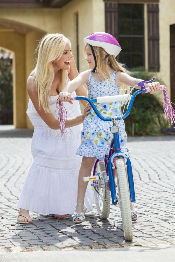 Pai da matriz & bicicleta da equitação da criança da menina fotografia de stock royalty free