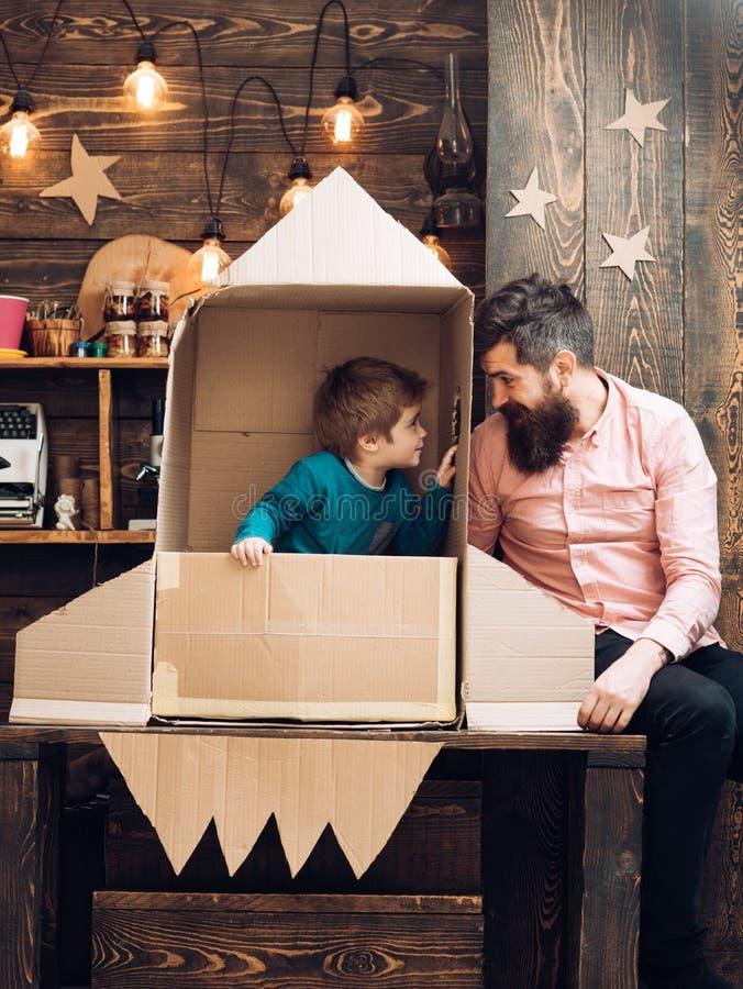 Pai Day conceito do dia de pais com a família feliz no foguete de papel fotos de stock