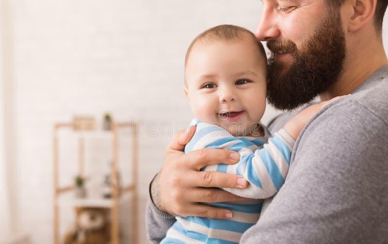 Pai de amor que abraça seu filho bonito do bebê imagem de stock royalty free