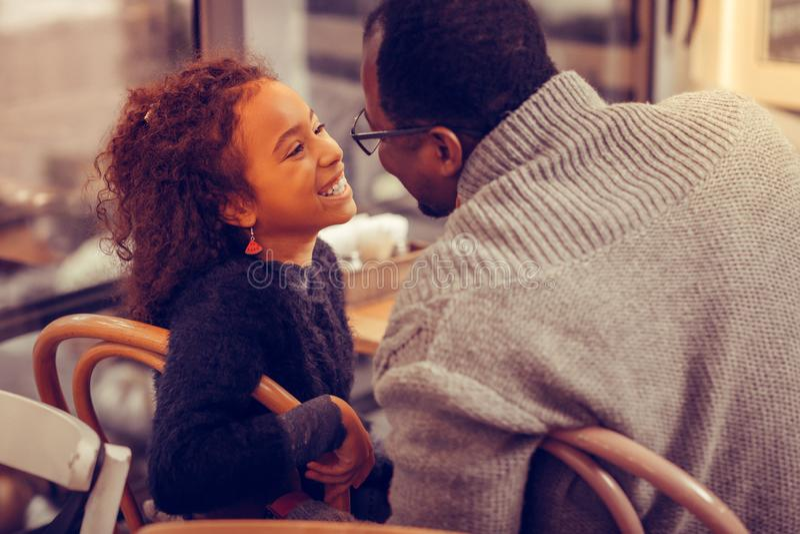 Pai de cabelo escuro de amor que olha sua filha bonita bonito fotos de stock