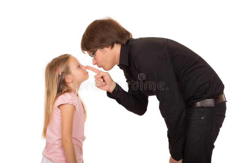 Pai de desespero que aponta o dedo em sua filha imagens de stock