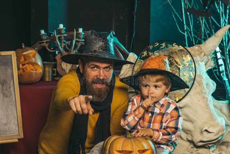 Pai de Dia das Bruxas e filho pequeno, dia de pais imagem de stock royalty free