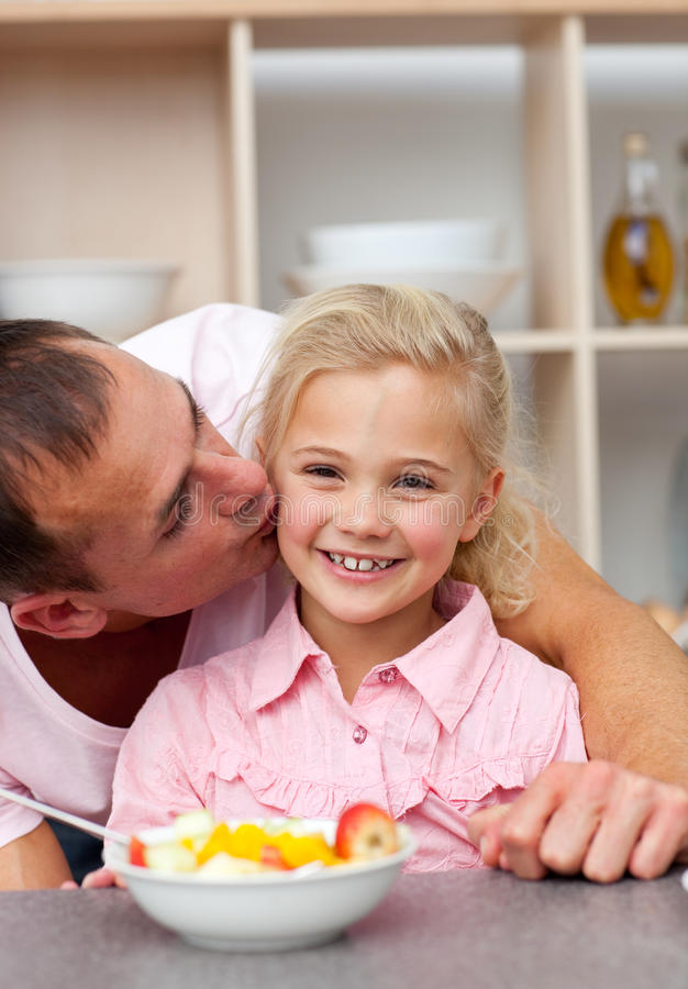 Pai de inquietação que come a fruta com sua filha fotografia de stock
