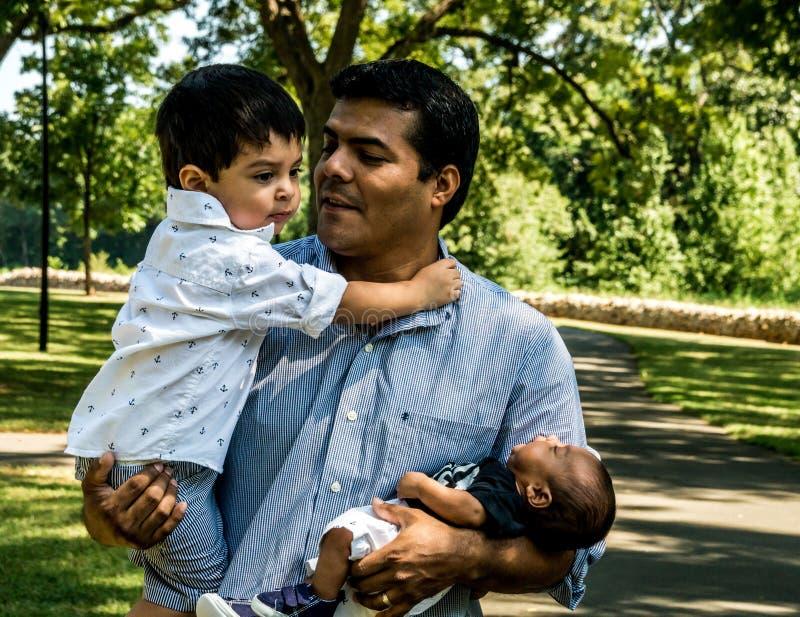 Pai do Latino com seus filhos imagens de stock royalty free