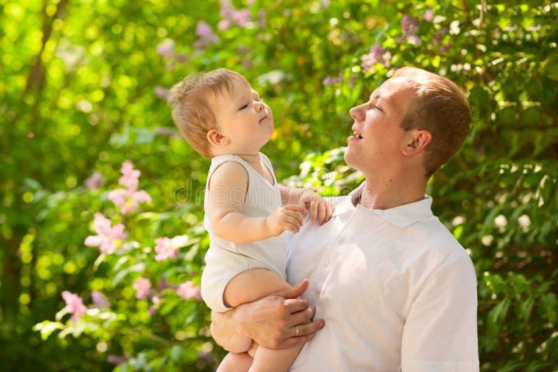 Pai do paizinho do pai que guarda o bebê imagem de stock royalty free
