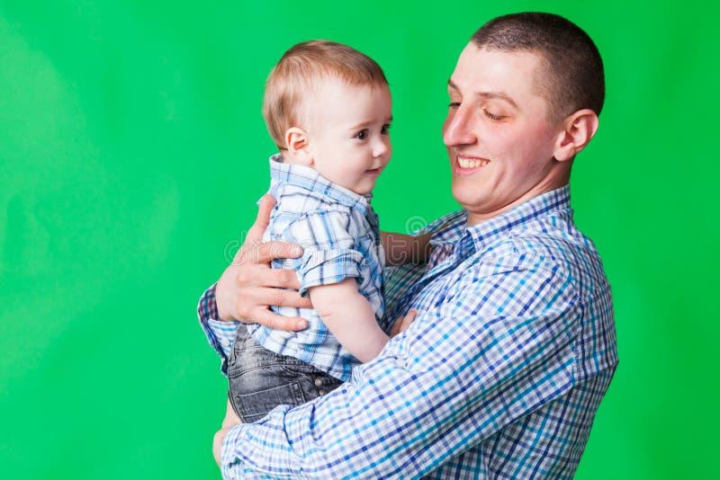 Pai e bebê nas mãos imagens de stock
