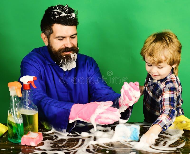 Pai e criança que têm o divertimento durante a limpeza foto de stock royalty free
