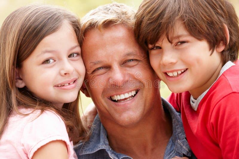 Pai e crianças do retrato ao ar livre imagem de stock royalty free