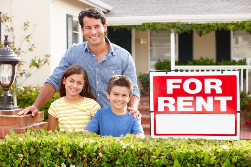 Pai e crianças fora da HOME para o aluguel fotografia de stock royalty free