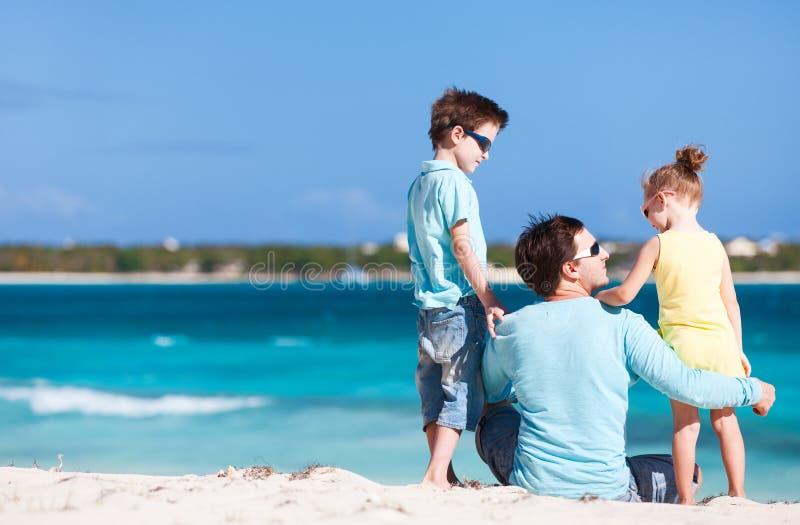 Pai e crianças na praia fotos de stock royalty free