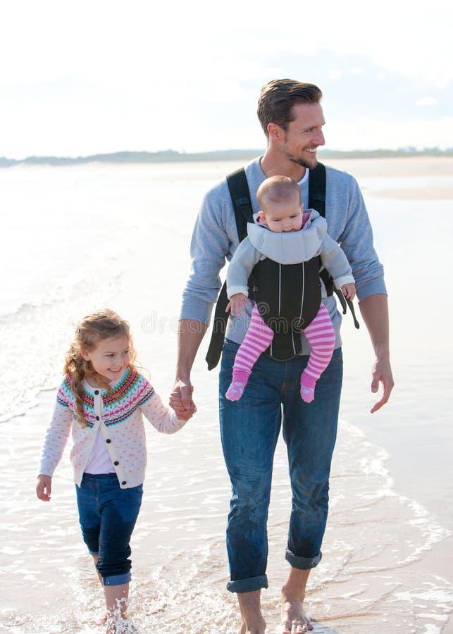 Pai e crianças na praia foto de stock royalty free