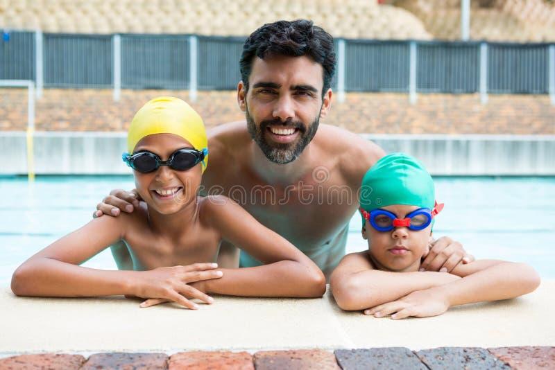 Pai e crianças que sorriem na associação imagens de stock