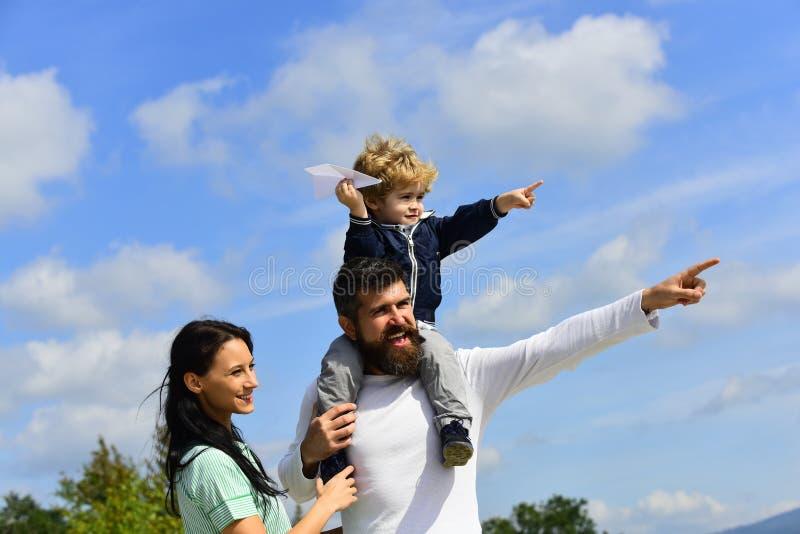 Pai e crian?a felizes da fam?lia no prado com um papagaio no ver?o na natureza aprec?e Família feliz - jogo do filho da criança imagem de stock