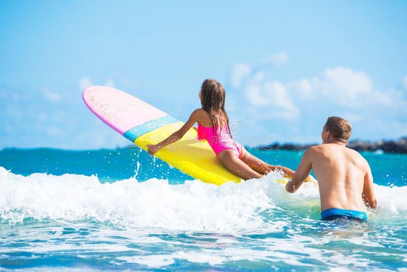 Pai e Duaghter que surfam junto foto de stock royalty free