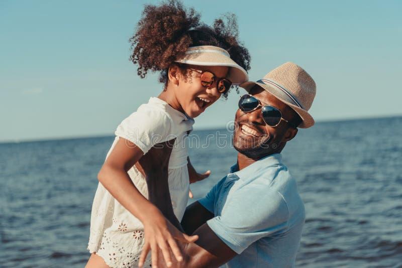 pai e filha afro-americanos felizes nos óculos de sol que têm o divertimento junto fotos de stock royalty free