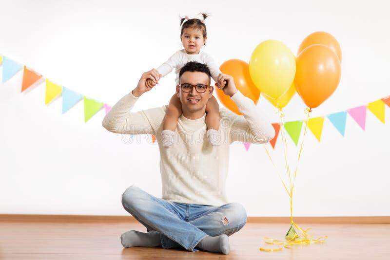 Pai e filha com balões da festa de anos foto de stock royalty free