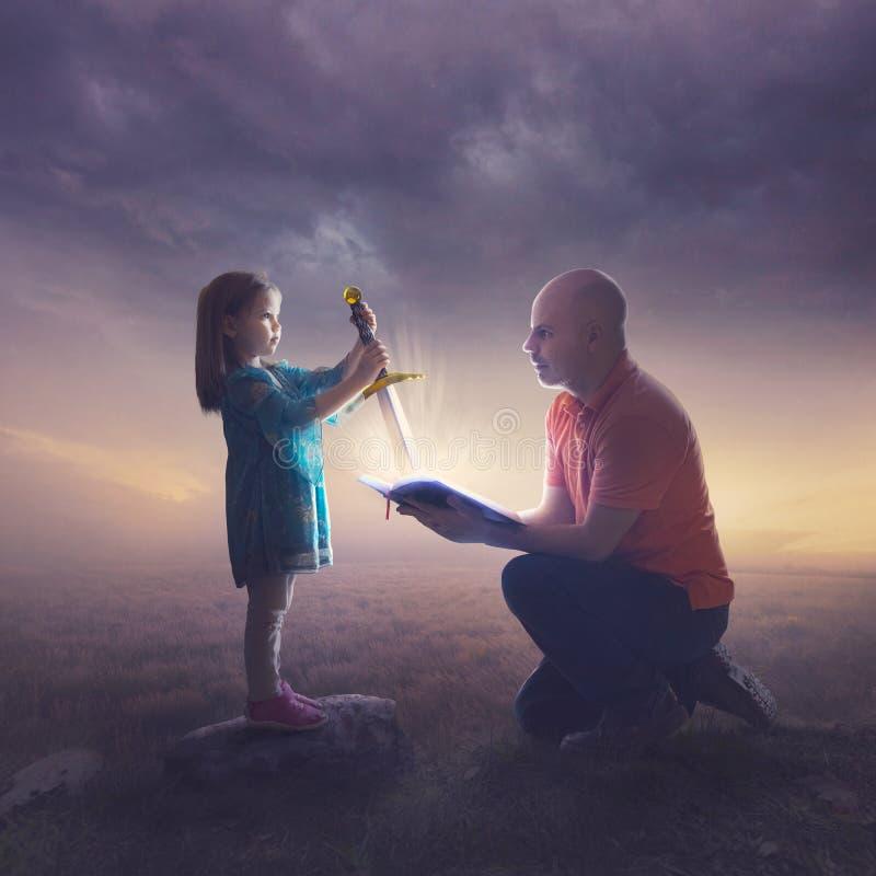 Pai e filha com espada imagens de stock royalty free