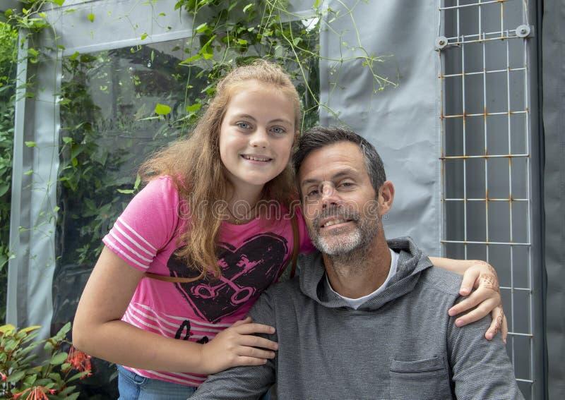 Pai e filha de meia idade na pose afetuosa em Seattle, Washington imagem de stock royalty free