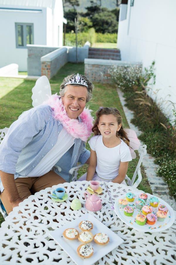 Pai e filha de sorriso no traje feericamente fotos de stock