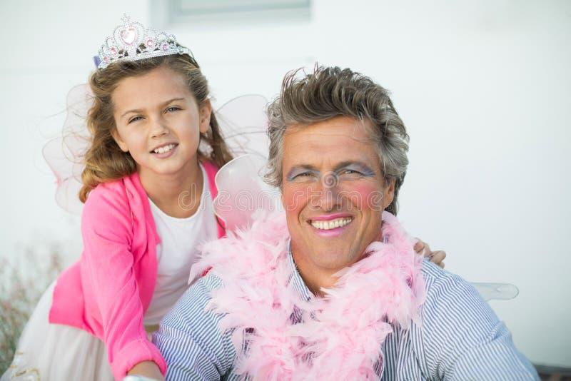 Pai e filha de sorriso no traje feericamente imagens de stock