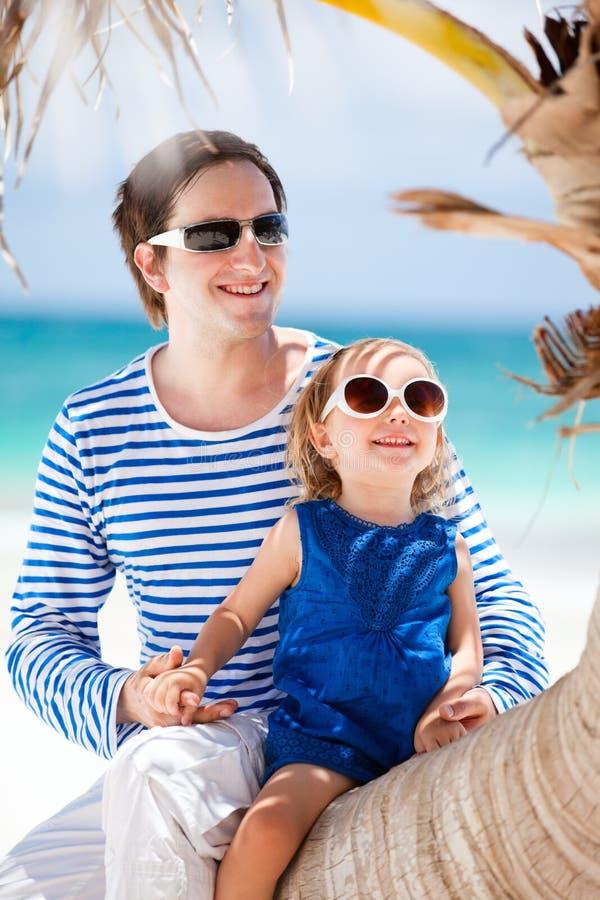 Pai e filha em férias do Cararibe imagens de stock