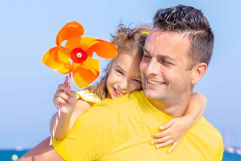Pai e filha felizes em férias fotografia de stock