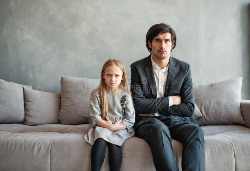 Pai e filha irritados e infelizes fotos de stock