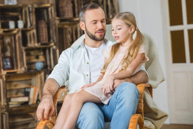 Pai e filha na cadeira fotos de stock royalty free