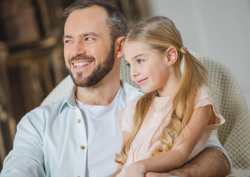 Pai e filha na cadeira fotografia de stock