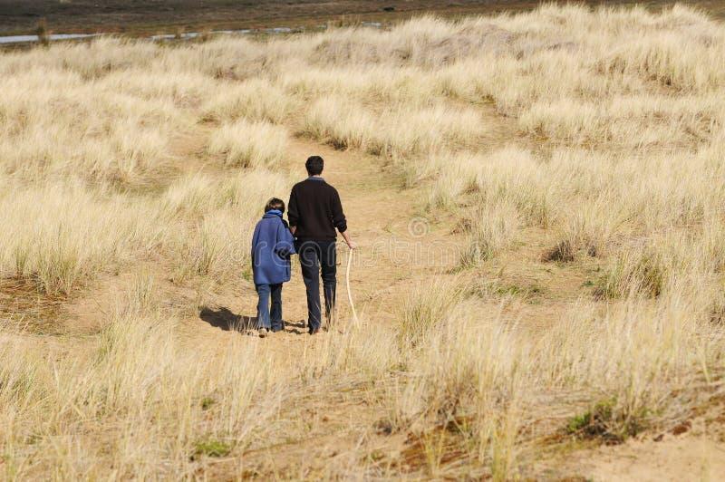 Pai e filha na caminhada no campo fotografia de stock