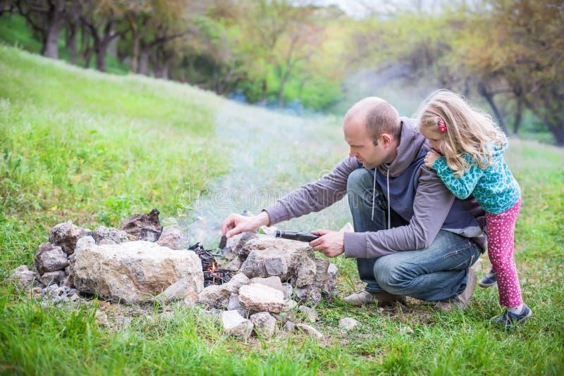 Pai e filha na natureza imagem de stock