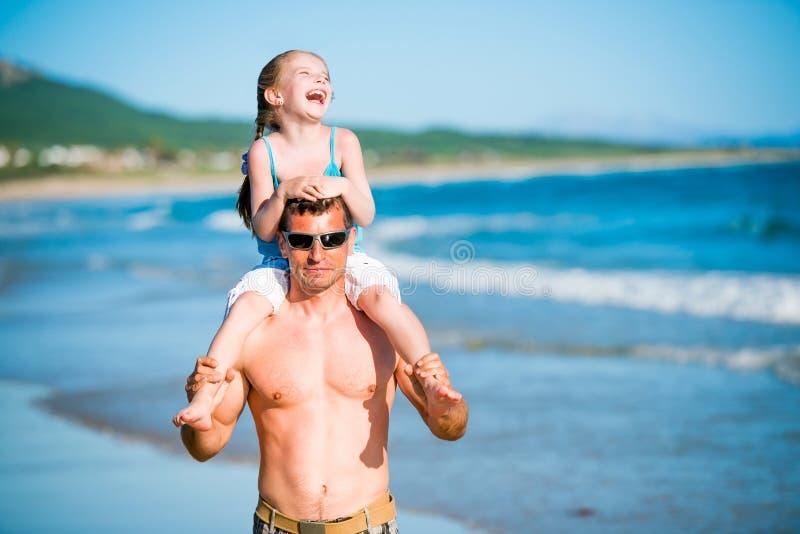 Pai e filha na praia foto de stock royalty free