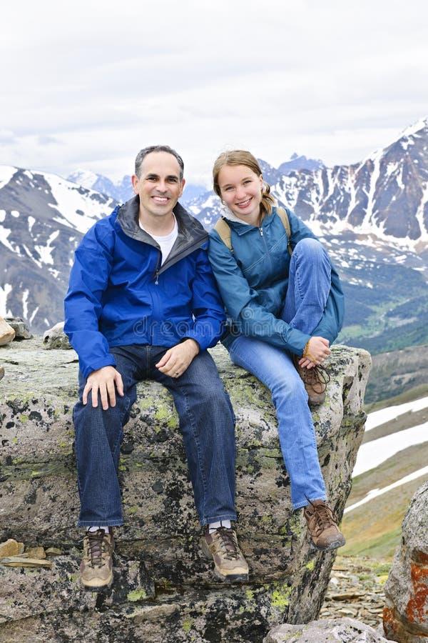 Pai e filha nas montanhas imagem de stock royalty free
