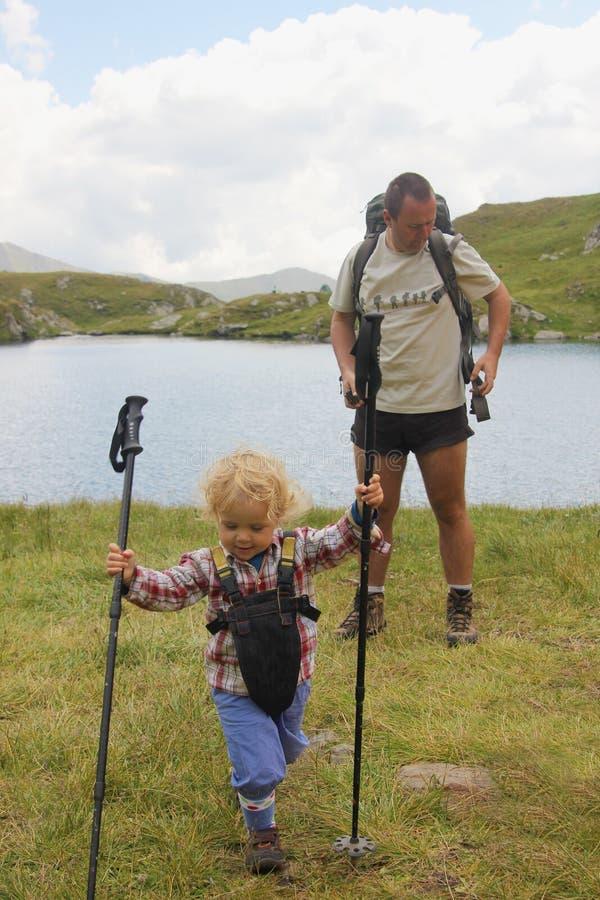 Pai e filha no lago capra na montanha de Fagaras imagem de stock