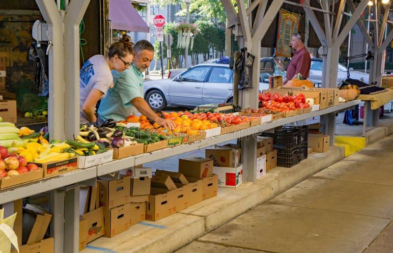 Pai e filha no mercado dos fazendeiros da cidade de Roanoke foto de stock royalty free