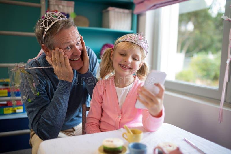 Pai e filha no molho do conto de fadas que toma um selfie fotos de stock