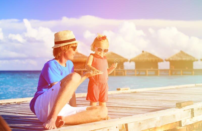 Pai e filha pequena que têm o divertimento no luxo fotografia de stock royalty free