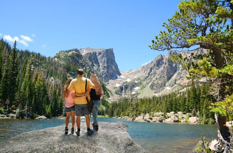 Pai e filha que apreciam o tempo junto nas montanhas fotos de stock