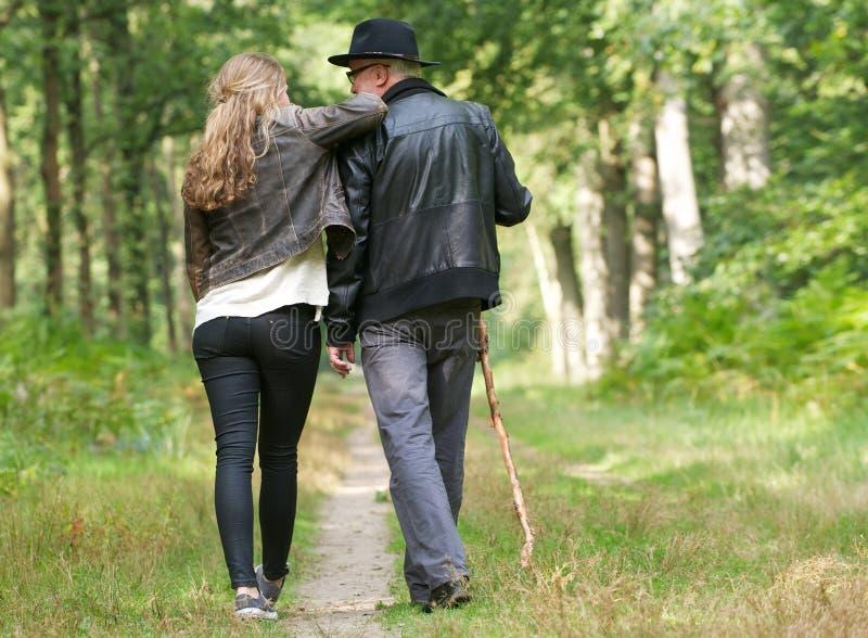Pai e filha que apreciam uma caminhada nas madeiras fotos de stock royalty free