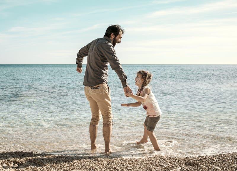 Pai e filha que jogam na praia na Croácia dos Pula fotografia de stock